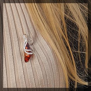 Как носить брошку с янтарем